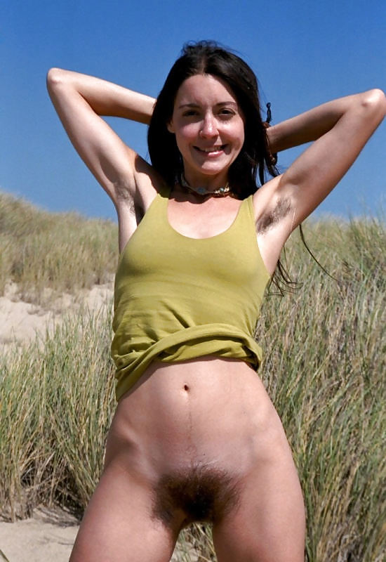 femme naturiste en plein air